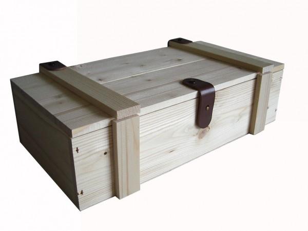 Holzkiste mit Lederverschluss